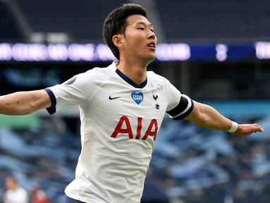 Penyerang Tottenham Hotspur, Son Heung-min berselebrasi usai mencetak gol ke gawang Arsenal pada pertandingan lanjutan Liga Inggris di Stadion Tottenham Hotspur di London, Inggris, Minggu (12/7/2020). Tottenham menang tipis atas Arsenal 2-1. (Michael Regan/Pool via AP)