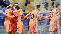 Para pemain Juventus merayakan gol yang dicetak oleh Alvaro Morata ke gawang Dynamo Kyiv pada laga Liga Champions di Stadion Olimpiyskiy, Rabu (21/10/2020). Juventus menang dengan skor 2-0. (Valentyn Ogirenko/Pool via AP)