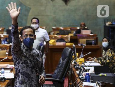 Mendikbud Nadiem Makarim saat rapat kerja dengan Komisi X DPR di Kompleks Parlemen Senayan, Jakarta, Senin (16/11/2020). Rapat membahas evaluasi program belajar dari rumah terkait subsidi kuota internet serta isu-isu kesiapan rekrutmen guru honorer tahun 2021. (Liputan6.com/Johan Tallo)