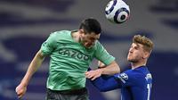 Striker Jerman, Timo Werner (kanan) berduel dengan pemain Everton, Michael Keane pada laga lanjutan Liga Inggris 2020/2021, Selasa (09/03/2021) dini hari WIB. (GLYN KIRK / POOL / AFP)