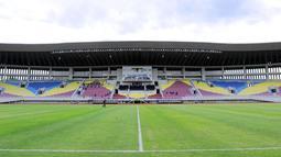 Rumput lapangan ditanami jenis Zoysia Japonica yang dikatakan sama dengan yang digunakan di Stadion Gelora Bung Karno, Jakarta.  (Bola.com/M Iqbal Ichsan)