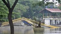 Kondisi jembatan pascaambruk di Hutan Kota Kemayoran, Jakarta, Minggu (22/12/2019). Jembatan gantung berbentuk lengkung dan berwarna kuning tersebut ambruk sekitar pukul 13.30 WIB dan hingga kini masih diselidiki penyebab peristiwa itu. (Merdeka.com/Iqbal S. Nugroho)
