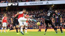 Bek Arsenal, Sokratis Papastathopoulos, melepaskan tendangan ke gawang Crystal Palace pada laga Premier League 2019 di Stadion Emirates, Minggu 927/10). Kedua tim bermain imbang 2-2. (AP/Leila Coker)