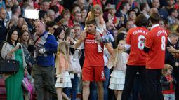 Gelandang Liverpool, Steven Gerrard ditemani putri-putrinya memasuki lapangan usai menjalani partai kandang terakhirnya melawan Crystal Palace di Anfield, 16 Mei 2015. Liverpool kalah 1-3. (AFP/Oli Scarff)