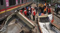 Kondisi Metromini yang rusak parah akibat terhantam kereta di perlintasan Angke, Tambora, Jakarta, Minggu (6/12/2015). Menurut saksi mata, Metromini tersebut nekat menerobos palang pintu hingga terjadi kecelakaan. (Liputan6.com/Gempur M Surya)