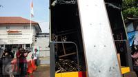 Awak media mengabadikan gambar truk berisikan logistik yang memasuki dermaga Wijayapura, Cilacap, Jateng, Rabu (27/7). Sejumlah persiapan terus dilakukan oleh Lapas Nusakambangan menjelang eksekusi hukuman mati jilid III. (Liputan6.com/Helmi Afandi)