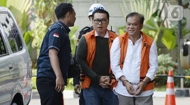 Dirut Perum Perindo, Risyanto Suanda (kiri) dan Ibnu Ghopur penyuap Bupati Sidoarjo Saiful Ilah (kanan) tiba di Gedung KPK, Jakarta, Kamis (16/1/2020). Risyanto diperiksa terkait kasus dugaan suap kuota impor ikan tahun 2019 di Perum Perindo. (merdeka.com/Dwi Narwoko)
