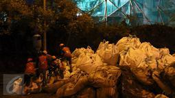Para pekerja melakukan pemasangan pasir saat proses pembongkaran gedung Bank Panin di Bintaro, Pondok Aren, Tangerang Selatan, Jumat (14/10). Proses pembongkaran gedung 19 lantai ini disaksikan banyak warga.  (Liputan6.com/Helmi Afandi)