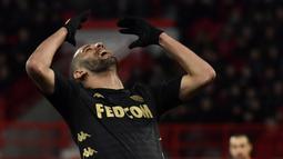 Islam Slimani (Olympique Lyon). Diprediksi menjadi bintang di Leicester City untuk mempertahankan gelar pada 2016, namun penampilannya tak sesuai harapan. Hampir 5 tahun dipinjamkan ke Newcsatle, Fenerbahce dan Monaco, akhirnya pergi secara permanen ke Olympique Lyon. (AFP/Philippe Desmazes)