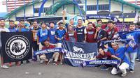 Aremania Korwil Magelang rela menempuh perjalanan jauh demi menyaksikan final Piala Presiden 2019 antara Arema FC Vs Persebaya di Stadion Kanjuruhan, Malang, Jumat (12/4/2019). (Bola.net/Asad Arifin)
