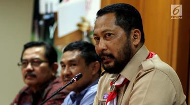 Ketua Kwarnas Pramuka Budi Waseso memberi keterangan pers di Jakarta, Selasa (16/10). Dalam keterangannya Budi Waseso menanggapi Video Kampanye Pilpres 2019 Pakai Atribut Pramuka yang sempat viral adalah bukan anggota Pramuka. (Liputan6.com/Johan Tallo)