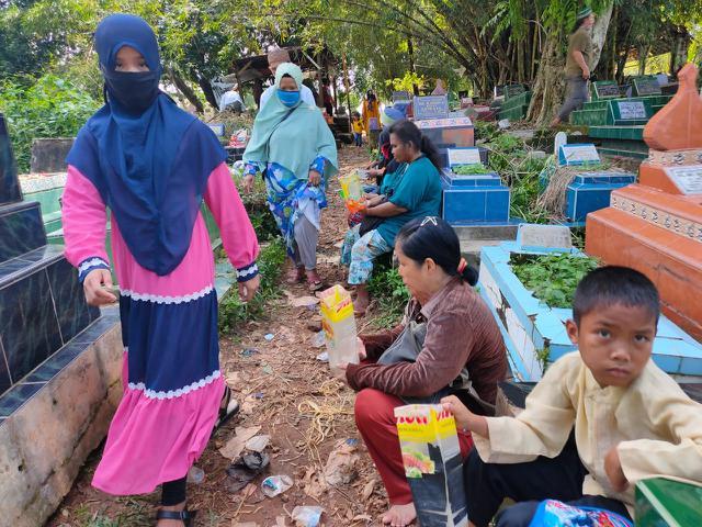 Para peziarah di TPU Kandang Kawat Palembang Sumsel (Liputan6.com / Nefri Inge)