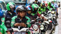 Ojek online menunggu penumpang di Jakarta, Kamis (20/2/2020). Kementerian Perhubungan sedang menggodok kenaikan tarif ojek online. (Liputan6.com/Angga Yuniar)