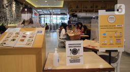 Pekerja berjaga di sebuah restoran di Mal Tangerang City di Kota Tangerang, Banten, Selasa (23/6/2020). Sejumlah mal di Tangerang telah dibuka kembali dengan menerapkan protokol kesehatan dalam melayani masyarakat selama status Pembatasan Sosial Berskala Besar (PSBB). (Liputan6.com/Angga Yuniar)