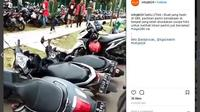 Sejumlah motor yang parkir sembarangan di Jl Asia Afrika, Senayan, dijungkirbalikkan (ig:infojkt24)
