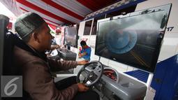 Peserta mengikuti tes uji SIM dan kir transportasi online di kawasan Monas, Jakarta, Senin (15/8). Kegiatan diadakan menyambut HUT Kemerdekaan RI ke-71 serta menciptakan layanan angkutan umum yang prima dan accountable. (Liputan6.com/Immanuel Antonius)