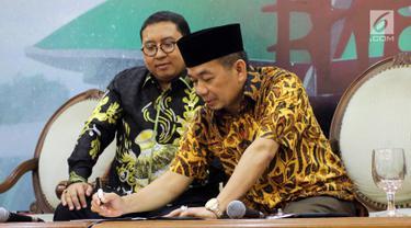 Wakil Ketua DPR dari Fraksi Gerindra Fadli Zon menyaksikan Ketua Fraksi PKS DPR Jazuli Juwaini menandatangani daftar pengusul Pansus Hak Angket Tenaga Kerja Asing saat konferensi pers, Jakarta, Senin (30/4). (Liputan6.com/Johan Tallo)