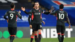 LIVERPOOL KOKOH DI PUNCAK KLASEMEN: Pemain Liverpool merayakan gol yang dicetak Jordan Henderson ke gawang Crytal Palace (19/12/2020). Liverpool semakin kokoh di puncak klasemen Liga Inggris di pekan ke-14 dengan raihan 31 poin. (AFP/Adam Davy/pool)