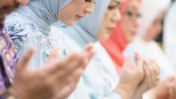 Cut Meyriska juga terlihat khusyuk saat sesi doa di acara lamaran. (Liputan6.com/IG/@dierabachir)