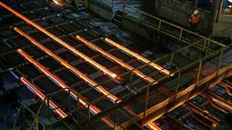 Baja cair saat dicetak menjadi batangan di pabrik ArcelorMittal di Zenica, Bosnia dan Herzegovina, Senin (9/2). ArcelorMittal merupakan produsen baja terbesar di dunia yang tersebar di sekitar 60 negara dan berpusat di Luksemburg. (REUTERS/Dado Ruvic)