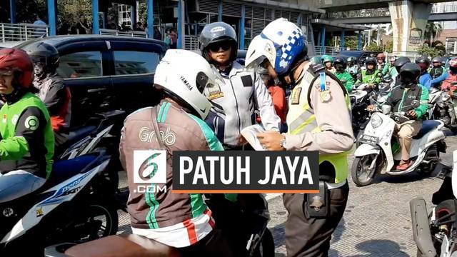 Operasi Patuh Jaya menyasar pengendara motor di Kawasan Juanda dan Gondangdia. Petugas menindak pengendara yang melawan arus dan parkir sembarangan.