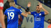 Pemain Leicester City, Riyad Mahrez (kanan) merayakan golnya bersama rekannya Islam Slimani pada laga Premier League di King Power Stadium, Leicester, (16/10/2017). Leicester bermain imbang 1-1. (AFP/Lindsey Parnaby)