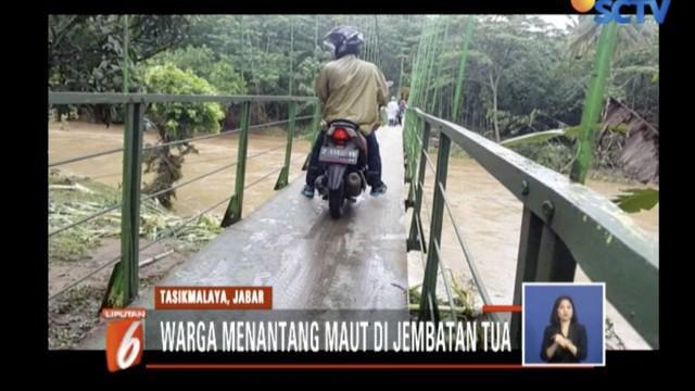 Warga terpaksa menggunakan jembatan berkarat untuk beraktivitas karena merupakan satu-satunya akses ke Kecamatan Cipatujah.