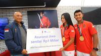 AXA Mandiri ketika memberikan bonus asuransi jiwa sebesar Rp 1 miliar kepada kedua atlet peraih emas Asian Games 2018 (doc. AXA Mandiri).