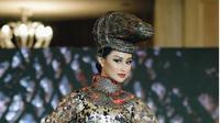 Cerita Desainer Kostum Nasional Komodo untuk Ayu Maulida, Membuat Sisik dari 5.000 Logam. (dok.Instagram @officialputeriindonesia/https://www.instagram.com/p/CN9sx_yF3BG/Henry)