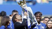 Pelatih Chelsea, Antonio Conte saat mengangkat trofi Premier League di Stamford Bridge stadium, London, (21/5/2017).  (AP/Kirsty Wigglesworth)
