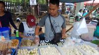 Pedagang pempek Palembang di salah satu pusat kuliner di Palembang (Liputan6.com / Nefri Inge)