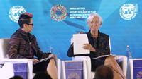 Managing Director IMF Christine Lagarde (kanan) saat menjadi pembicara dalam pertemuan tahunan IMF-Bank Dunia di Bali, Selasa (9/10). Pertemuan membahas pemberdayan perempuan di dunia kerja. (Liputan6.com/Angga Yuniar)