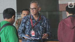 Sekretaris Jenderal Kementerian Perdagangan Oke Nurwa usai mengisi buku tamu di Gedung KPK, Jakarta, Jumat (25/10/2019). Oke Nurwa diperiksa sebagai saksi terkait kasus dugaan suap impor bawang putih. (merdeka.com/Dwi Narwoko)