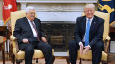 Senyum Presiden AS, Donald Trump dan Presiden Palestina, Mahmoud Abbas saat melakukan pertemuan di Gedung Putih, Washington, AS (3/5). Pertemuan membicarakan seputar upaya perdamaian Timur Tengah melalui cara diplomatik. (AFP Photo/Mandel Ngan)