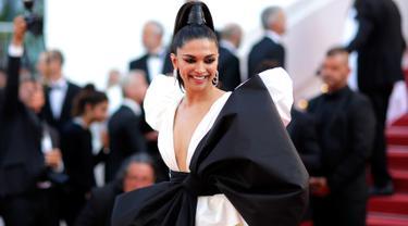"""Aktris Bollywood, Deepika Padukone berpose ketika tiba untuk pemutaran film """"Rocketman"""" di karpet merah Festival Film Cannes 2019 di Prancis pada Kamis (16/5/2019). Deepika Padukone tampil dalam balutan gaun krem dengan pita yang sangat besar. (REUTERS/Stephane Mahe)"""