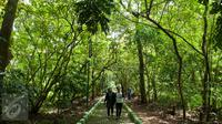 Pengunjung mengunjungi Hutan Kota Srengseng, Kembangan, Jakarta, Rabu (29/3). Pemprov DKI Jakarta akan menjadikan Hutan Kota Srengseng, Kembangan, Jakarta Barat menjadi salah satu destinasi wisata di Jakarta. (Liputan6.com/Gempur M Surya)