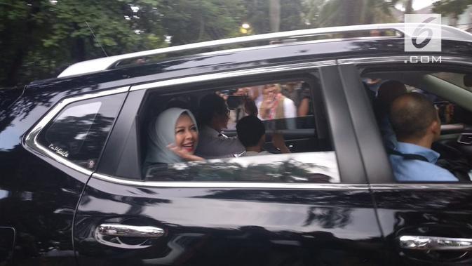 Sandiaga Uno tiba rumah Prabowo Subianto didampingi istri dan anak bungsunya. (Liputan6.com/Nafiysul Qodar)