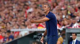 Pelatih Athletic Bilbao, Gaizka Garitano, memberikan arahan kepada pemainnya saat menghadapi Barcelona pada laga pekan pertama La Liga 2019-20 di stadion San Mames, Bilbao, Jumat (16/8). Barcelona kalah 0-1 dari Athletic Bilbao. (AFP/Ander Gillenea)