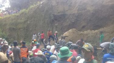 Ratusan warga dan tim SAR gabungan mencari keberadaan korban tertimbun di tambang tanah Wonosobo. (Foto: Liputan6.com/Polres Wonosobo/Muhamad Ridlo)