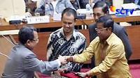 Wakil Ketua DPR Priyo Budi Santoso memberi selamat kepada Idrus Marham setelah terpilih menjadi ketua pansus hak angket Century ketua pansus lewat voting atau pemungutan suara di Gedung DPR, Jakarta.