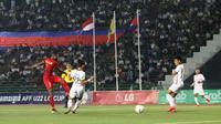 Duel Timnas Indonesia U-22 Vs Kamboja pada laga terakhir penyisihan Grup B Piala AFF U-22 2019 di Olympic Stadium, Phnom Penh, Jumat (22/2/2019). (Bola.com/Zulfirdaus Harahap)