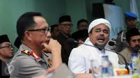 Ketua Dewan Pembina GNPF-MUI, M Rizieq Shihab (kanan) memberi keterangan di gedung MUI, Jakarta, Senin (28/11). GNPF dan pihak Kepolisian mencapai kesepakatan sehingga aksi pada 2 Desember mendatang bisa tetap digelar. (Liputan6.com/Helmi Fithriansyah)