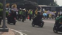 Amankan Gedung MK, Polisi Blokade Arus Lalu Lintas di Jalan Medan Merdeka Barat. (Muhammad Radityo Priyasmoro/Liputan6)