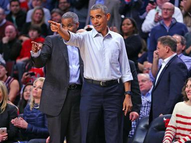 President Amerika Serikat Barack Obama melempar bola pada pembukaan NBA antara  Cleveland Cavaliers melawan Chicago Bulls di Chicago, Selasa(27/10/2015). (Via REUTERS / Mandatory Credit: Dennis Wierzbicki-USA TODAY Sports)