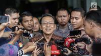 Mantan Wakil presiden RI Boediono menjawab pertanyaan wartawan seusai diperiksa di gedung KPK, Jakarta, Kamis (28/12). Boediono mendatangi KPK atas inisiatifnya sendiri karena sebelumnya berhalangan hadir untuk diperiksa. (Liputan6.com/Faizal Fanani)