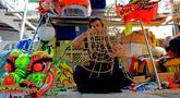 Pekerja sedang menyelesaikan kerangka liong Lily Hambali di Jalan Roda, Babakan Pasar, Bogor, Jawa Barat, Selasa (21/1/2020). Jelang hari raya Imlek pengrajin rumahan barongsai dan liong Lily Hambali ramai pemesanan. (merdeka.com/Magang/Muhammad Fayyadh)