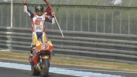 Pebalap Repsol Honda, Marc Marquez, merayakan keberhasilan menjadi juara dunia musim 2016 usai memenangi balapan MotoGP Jepang di Twin Ring Motegi, Minggu (16/10/2016). (Bola.com/Twitter/HRC_MotoGP)