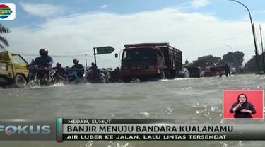 Jalan menuju Bandara Kualanamu, Sumatera Utara, pada Selasa (5/12) siang terendam banjir. Akibatnya, polisi harus alihkan lalu lintas.