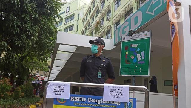 Petugas keamanan berjaga di IGD RSUD Cengkareng, Jakarta, Rabu (23/6/2021). Meningkatnya kasus COVID-19 di Ibu Kota Jakarta dalam beberapa hari terakhir mengakibatkan rumah sakit kewalahan. (Liputan6.com/Herman Zakharia)