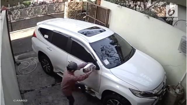 Terekam melalui CCTV dua orang maling nekat mencuri spion mobil yang sedang terparkir di garasi sebuah rumah.